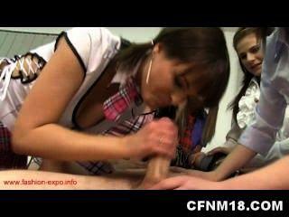 Cinco adolescentes calientes castigan a su instructor de anatomía humana