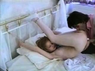 ¿Cómo tiffany siente que un hombre la ata a la cama y la folla?