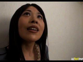 Pequeña señora asiática titted de la oficina