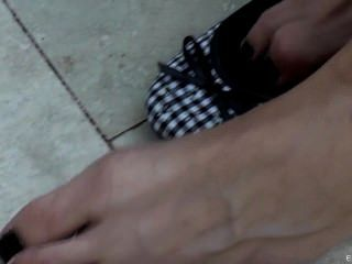 Chica cuelga sus pisos de bailarina en el parque