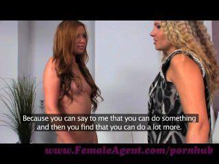 Agente femenino.Visión de la belleza y su goteo húmedo mojado