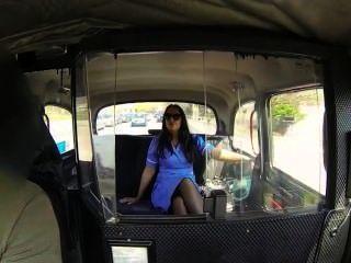 Enfermera en su uniforme follada en taxi falso