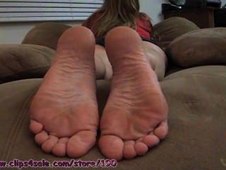 Jessies pies descalzos en la cara