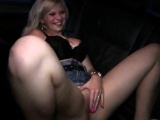 Rubia folla en taxi mientras su marido grabación