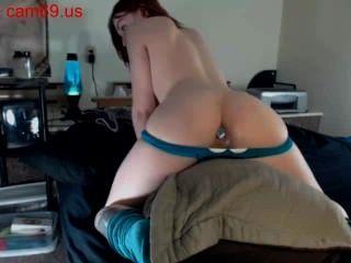 Piercing adolescente caliente cuerpo con consolador en el culo