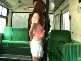 Chica asiática se folla en el tren