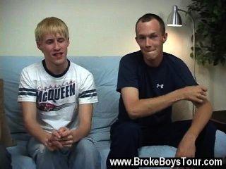 Sexo gay los muchachos tomaron encima de sacudir sus propios peckers y tomaron ninguna hora