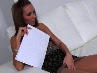 Bruette toying coño delante de agente femenina