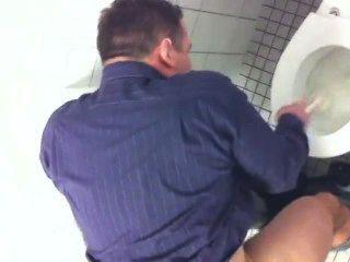 Espiando a buen papá en el puesto de baño