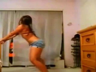 Gruesos bailes hispanos de mami en pantalones cortos ajustados