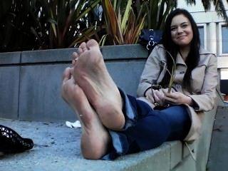 Chica caliente con pies y pisos sucios apestoso