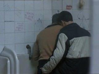 Dos chicos calientes se reunieron en un baño público y ...