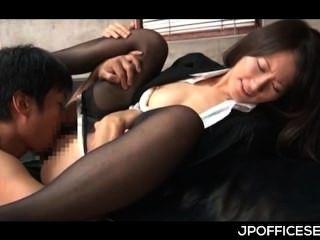 Jap office chick tomando jefes dick en su coño y humping lo