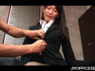 Atractiva secretaria asiática desnuda y bromeó por su jefe caliente