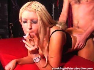 Fumando rubia con gafas folladas como queremos