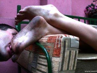 Dulces pies sucios en la ciudad