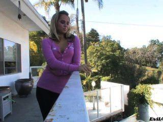 Aleska diamante fuma en el balcón