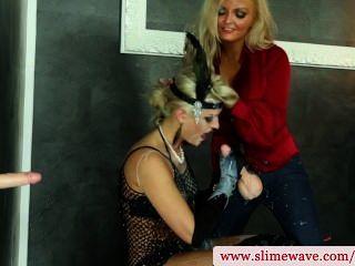 Bukkake lesbianas usando strapon en el gloryhole en hd