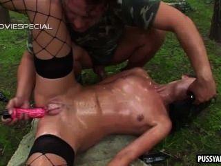 Morena con coño bombeado se follan anally al aire libre