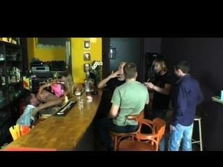 Rubia chupa boners en el club