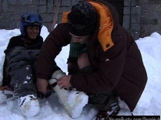 Morena adolescente ora tomando un falo de grasa en la nieve