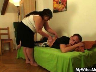 Su esposa se va y él golpea a la gorda suegra