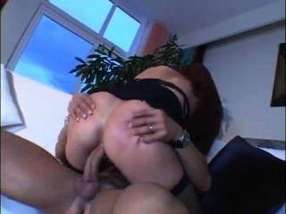 Mamá caliente con grandes tetas le gusta anal