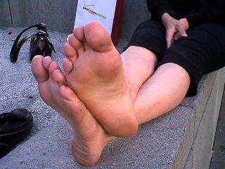 Grandes pies apestosos fuera de los pisos