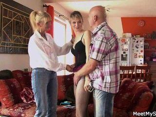 Ella tiene un trío con sus padres viejos
