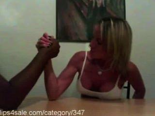 Sexy lucha de brazo en clips4sale.com