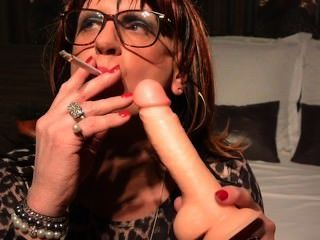 Cynthia cd / tv practicando smoky bj en su consolador