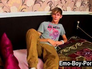 Video gay connor levi es un tipo británico delgado y fresco que tiene un