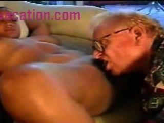 Dama negra con grandes tetas es follada por un viejo hombre blanco