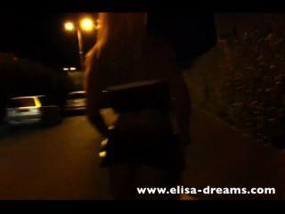 Rubia puta caminando sin bragas en la calle