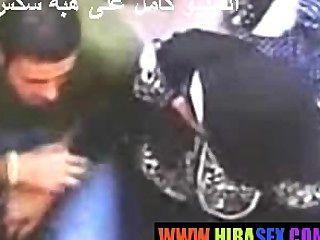 Chica árabe le da a la mano
