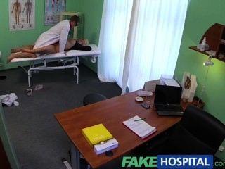 Fakehospital gruesa hermosa rubia permite al médico hacer lo que quiera