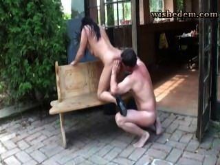 Esposa dio a su marido en la terraza