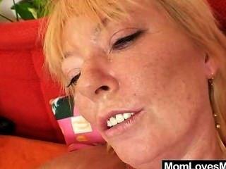 Milf woolly es jugado por la mamá de pelo rubio desordenado