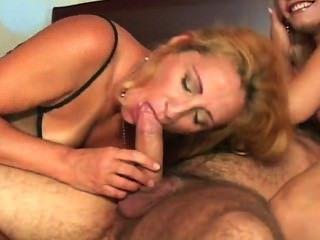 Chick titless da una mamada a un perno prisionero caliente