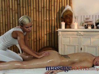Salas de masaje adolescente recibe cuerpo dulce aceitado por masajistas lesbianas jóvenes