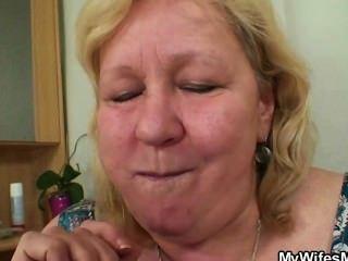 Esposa entra cuando su mamá monta mi polla
