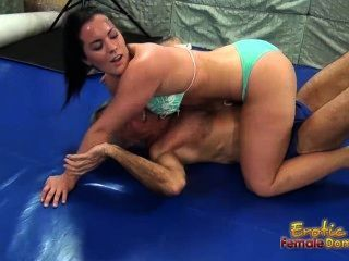 Sexy wrestling con caroline conduce a facesitting victorias