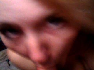 Chica rubia da la cabeza.3