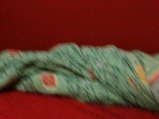Levantando mi madera masiva de la mañana, cumming en las sábanas