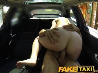 Faketaxi mujer elegante paga buen dinero para una mierda