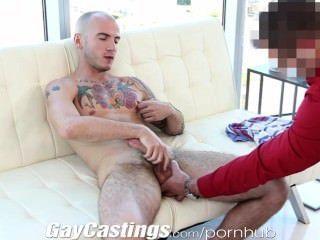 Gaycastings tatted músculo jock quiere entrar en el porno