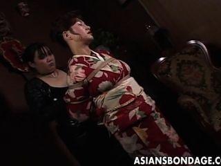 Milf japonés en kimono se atan