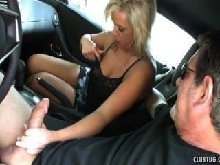 Sexy milf sacudidas en el coche
