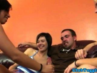 Grupo de chicos aficionados a la mano jerk un chico