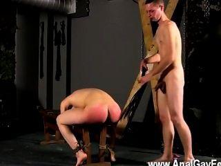 Sexo gay atado al banquillo con su ranura en la demostración, cristian muy primero